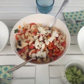 Sommernudelsalat mit Feta und Oliven