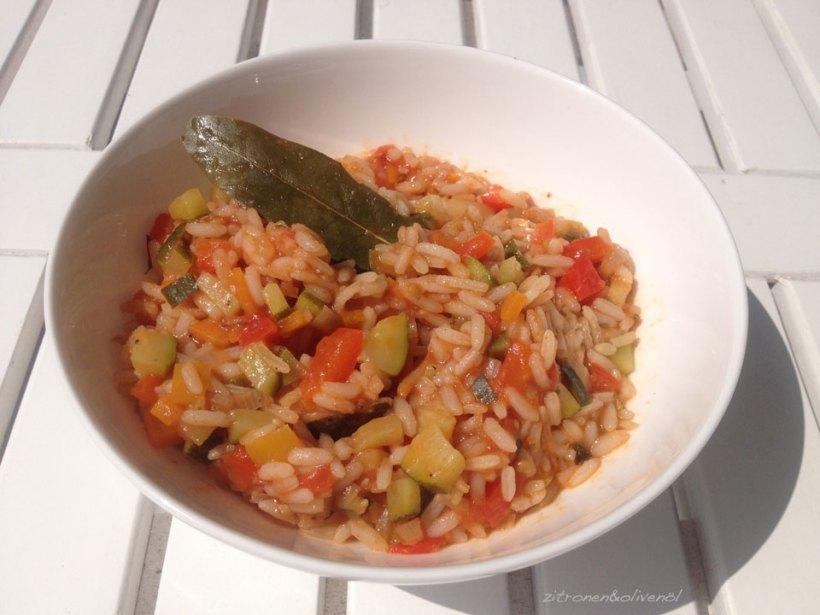 Gemüsereis mit frischer Tomate