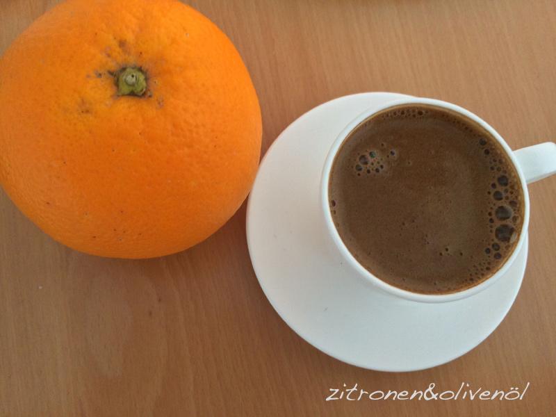 Griechischer Kaffee und Orange