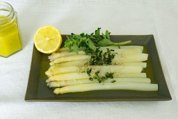 Spargel mit Zitronen-Olivenöl-Vinaigrette , griechischem Ladolemono