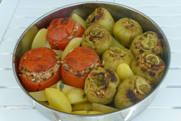Auf die griechische Art: Gefüllte Paprika und Tomaten mit Reis und Hackfleisch