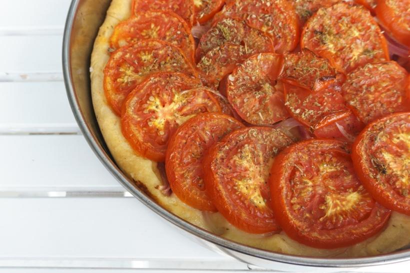 Ladenia - griechischer Hefefladen mit Tomaten, Zwiebeln und Oregano