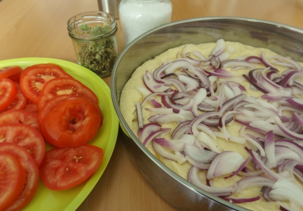 Tomaten, Ziwiebeln, Oregano - die Zutaten für Ladenia