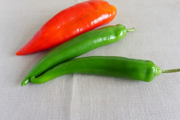 Rote Spitzpaprika und scharfe Peperoni