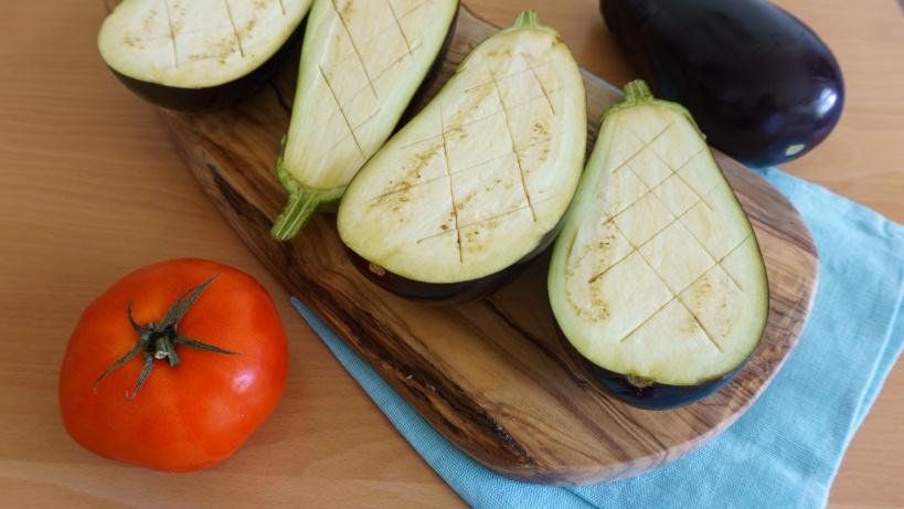 Auberginen für Papoutsakia - rautenförmig eingeschnitten